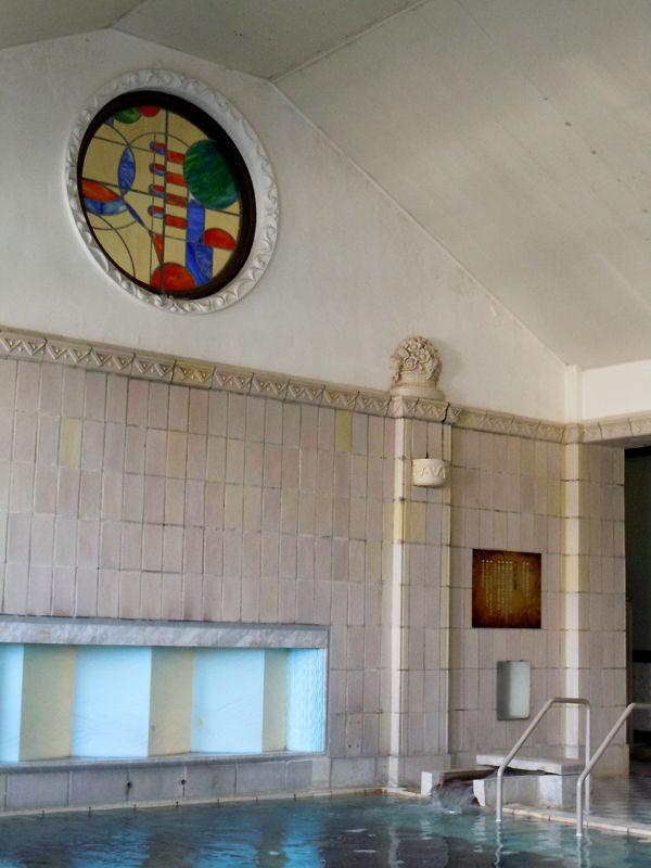 浴室の壁面を飾るステンドグラスや彫刻も印象的