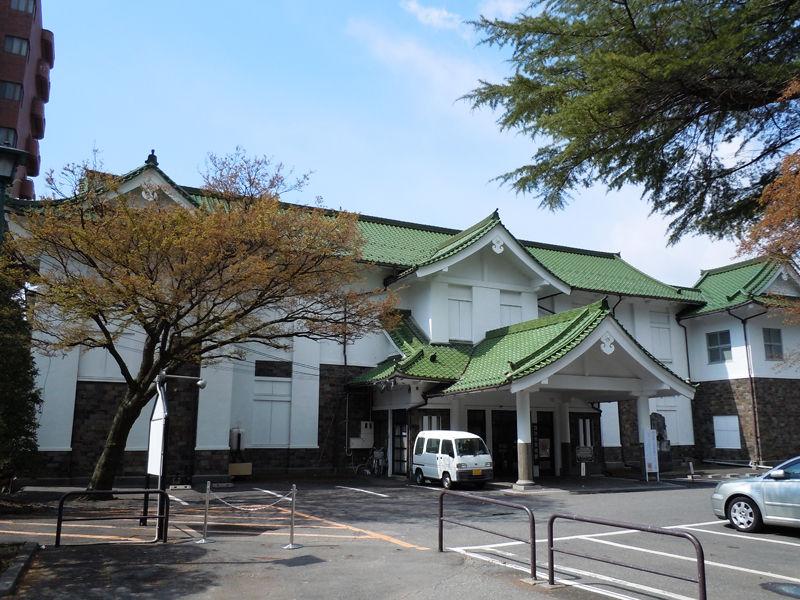 片倉館の隣に建つ諏訪市美術館、かつては片倉財閥の教育施設「懐古館」でした