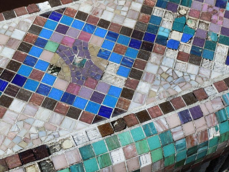 建物手前にある池の縁は、モザイクタイルで彩られている。