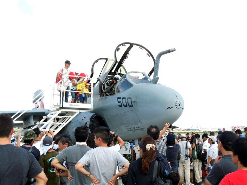 VAQ-136では操縦席まで登ってパイロットとの記念撮影ができました