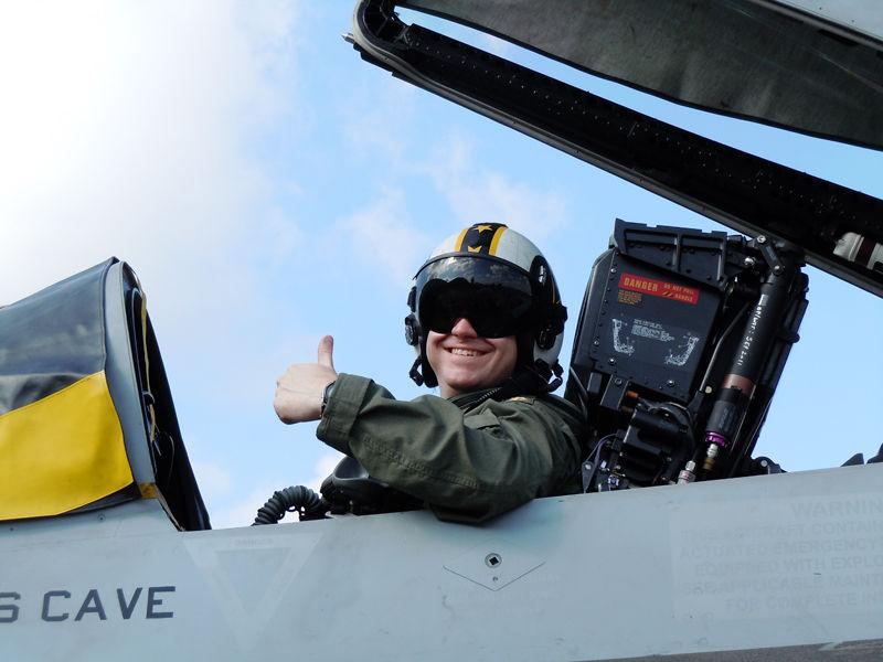 ポーズを取るVFA-115のパイロット
