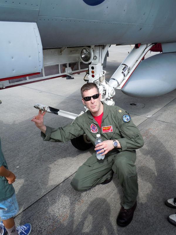 空母からカタパルト発進する際の手順を説明してくれるVFA-102のパイロット