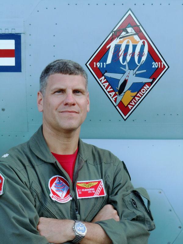 """VFA-102飛行隊長のスティーブン・""""SONIC""""・ヘッジマノウスキー中佐"""