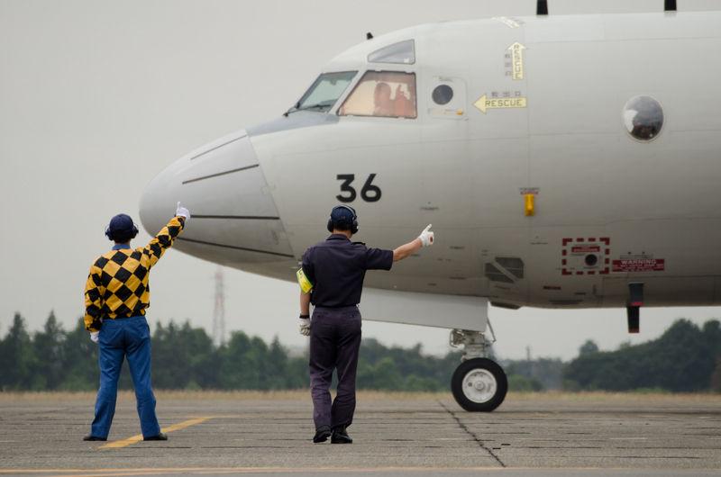 誘導員の合図でエンジンを始動させ、出発していくP-3C