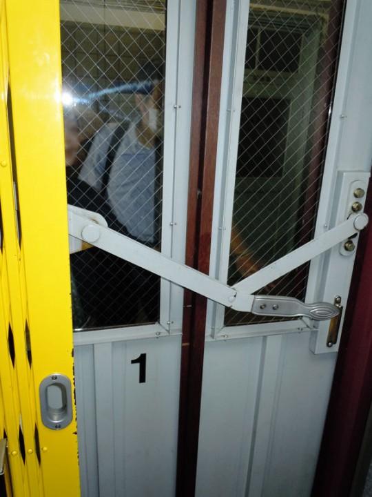 扉の開け閉めが手動