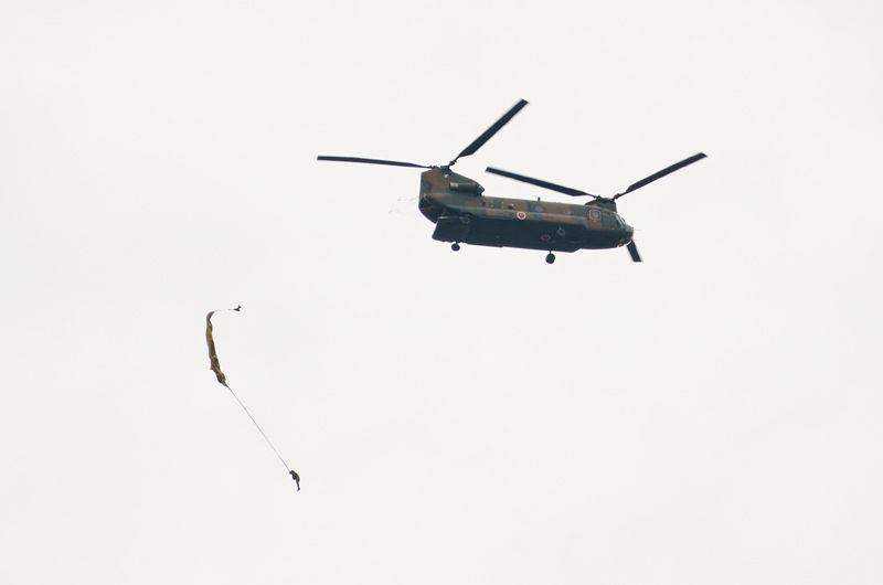 習志野駐屯地に所属する陸上自衛隊第1空挺団による空挺降下展示