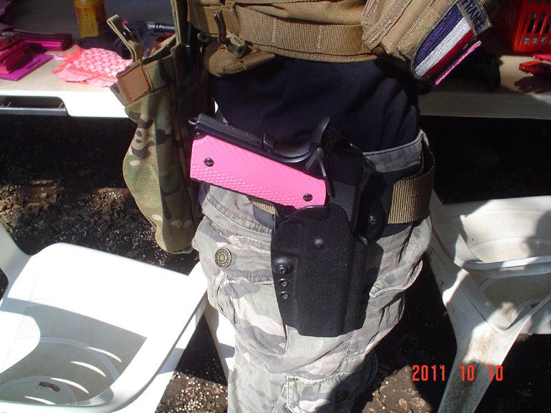 ピンクグリップの拳銃