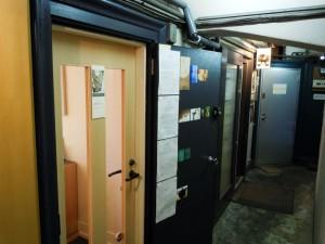 かつての居室はギャラリーやアンティークショップなどとして活用