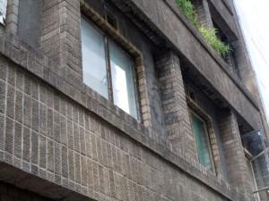 外壁はおなじみスクラッチタイル