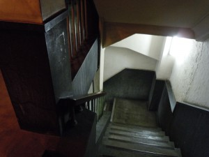 太いコンクリートの柱の周りを回るように配置された階段