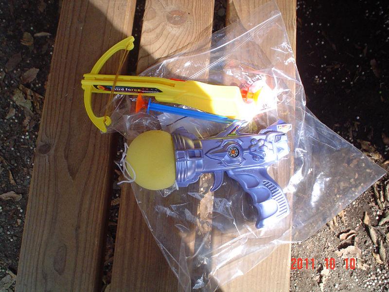 百円の玩具の銃