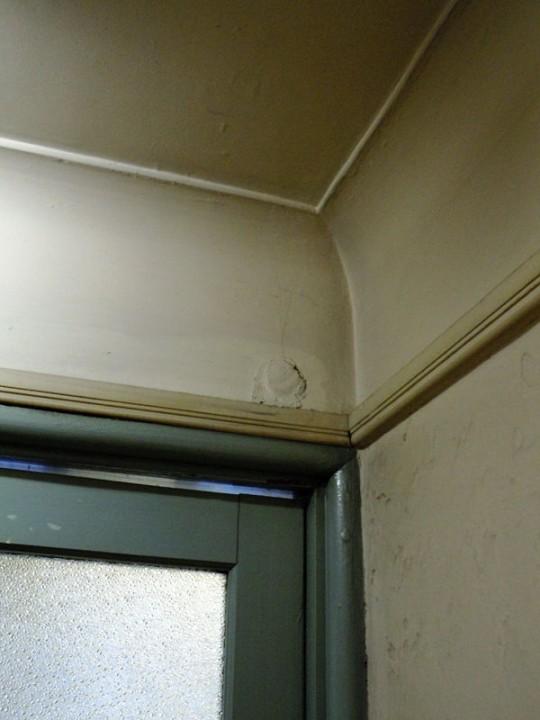 壁と天井の接合部は微妙なカーブがついている