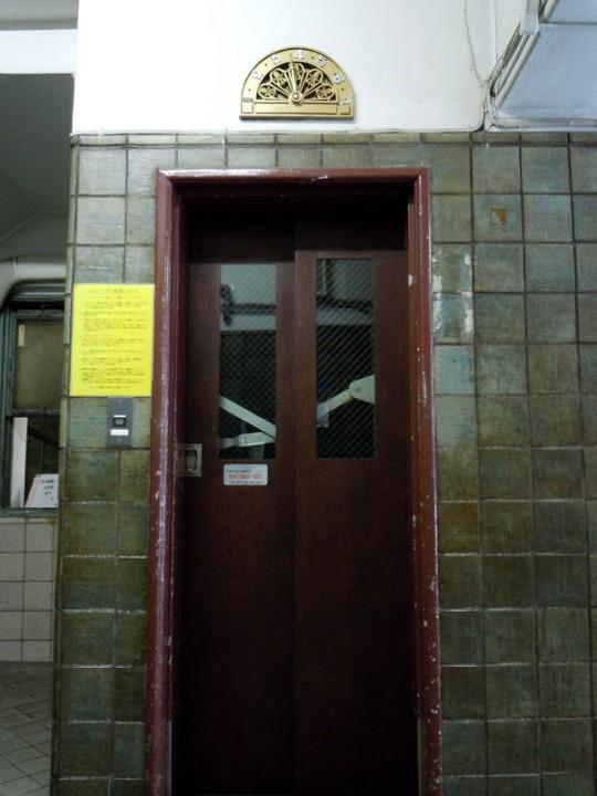 玄関ホールにあるエレベータ