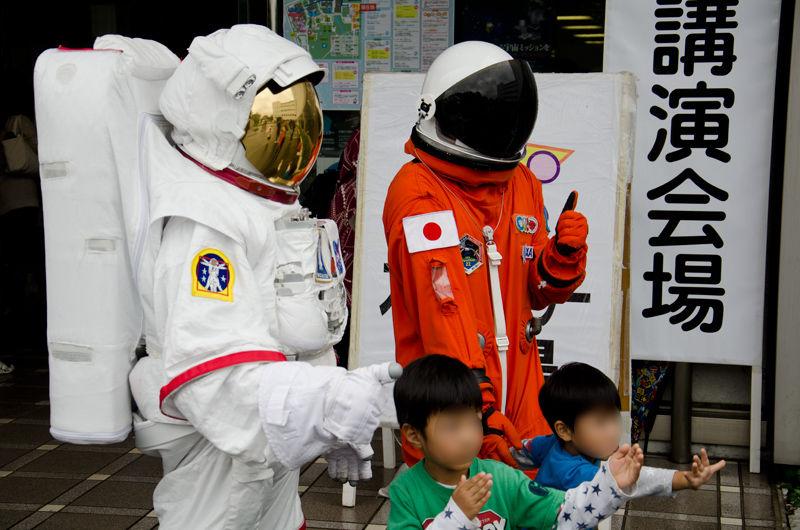 宇宙飛行士のコスプレ(実際の宇宙服ではありません)をした職員さん