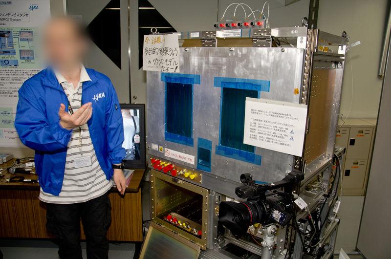 多目的実験ラックの地上試験モデルと実際に宇宙に行ったCanon製ビデオカメラ