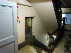 木製の手すりと親柱が印象的な階段