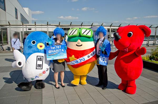 成田市のマスコットキャラ「うなりくん」、成田空港のマスコットキャラ「クウタン」、千葉県のマスコットキャラ「チーバくん」が勢揃い