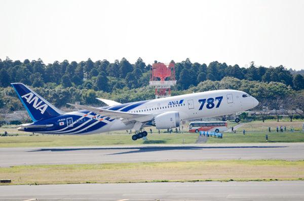 盛大に見送られながらB787は香港へ向けて飛び立っていきました