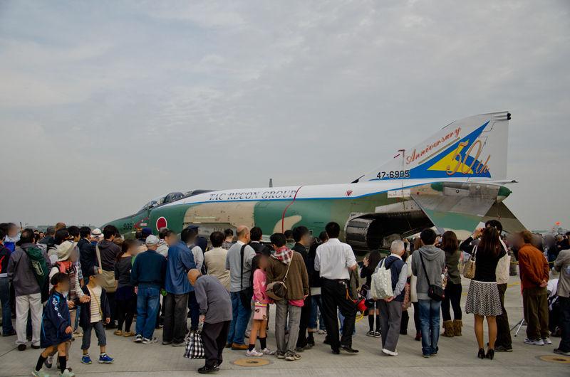 茨城県の百里基地から飛来した、偵察航空隊・第501飛行隊のRF-4E、隊創設50周年記念塗装機(47-6905)