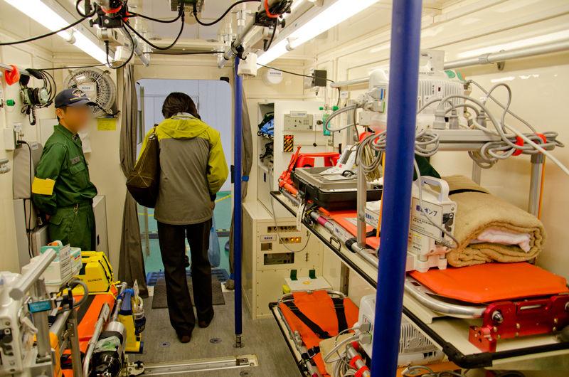 最大で3名の重症患者を収容し、輸送機で千km以上も離れた医療機関に搬送することが可能