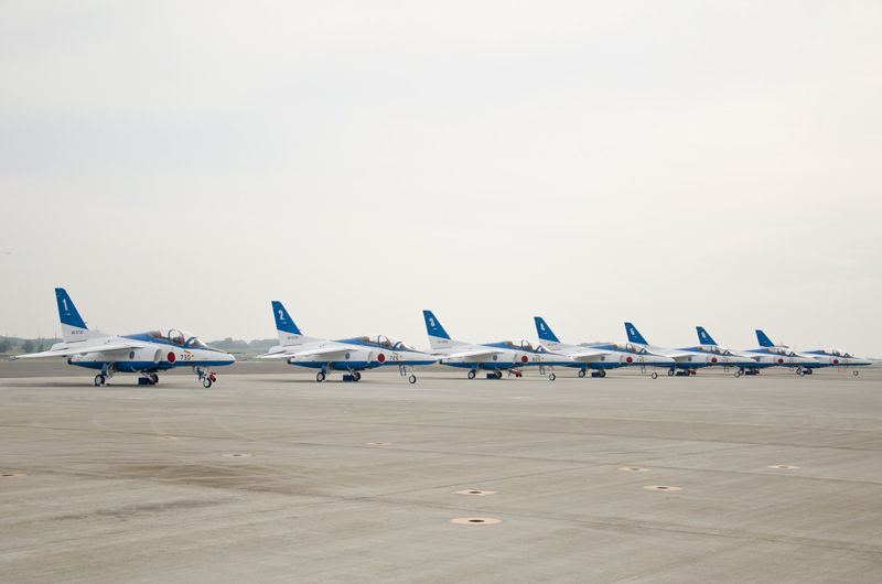 航空祭の最後を飾るブルーインパルスの飛行展示