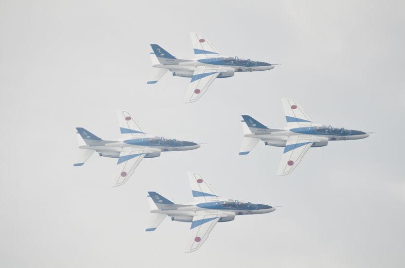 天候があまり良くなく折角の飛行展示もスモークが雲に溶け込み……