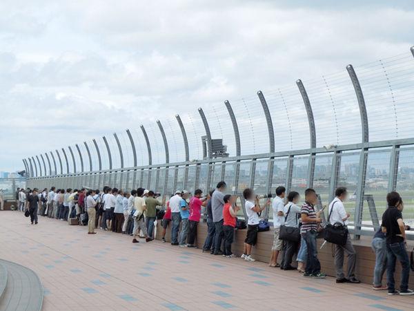 試験飛行の期間中も、空港の見学デッキには連日多くのファンが集結