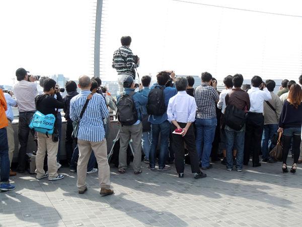 羽田空港の見学デッキには、航空ファンや職員、報道陣などが多く詰めかけました