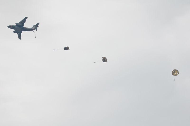 陸上自衛隊第1空挺団による降下展示