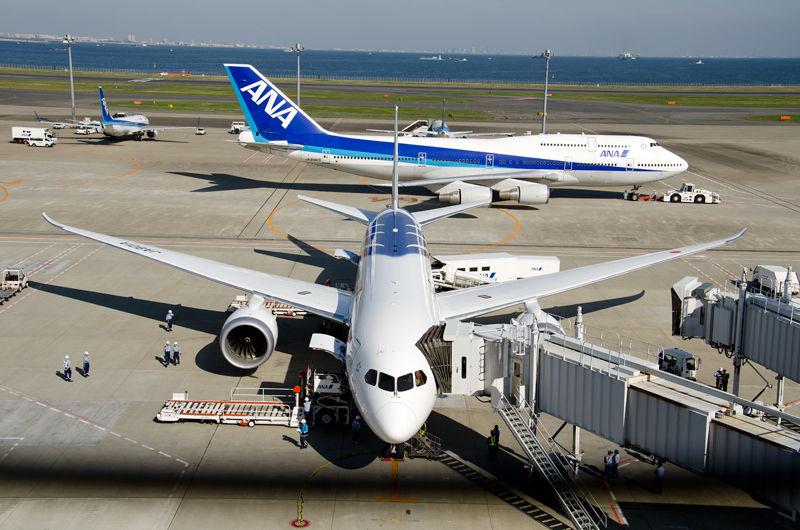 全長と乗客数はB767と同等ながら、全幅はひと回り大きいB777と同等