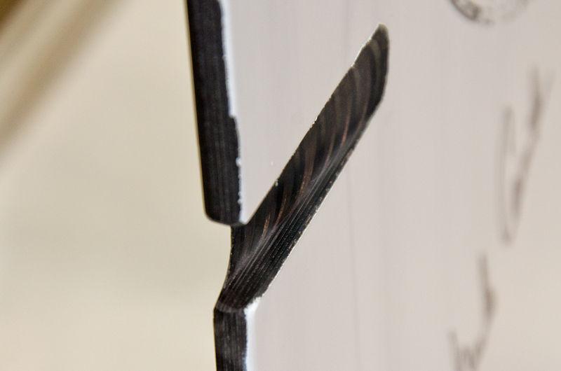 断面を良く見ると、素材を重ねあわせた縞模様が確認できます