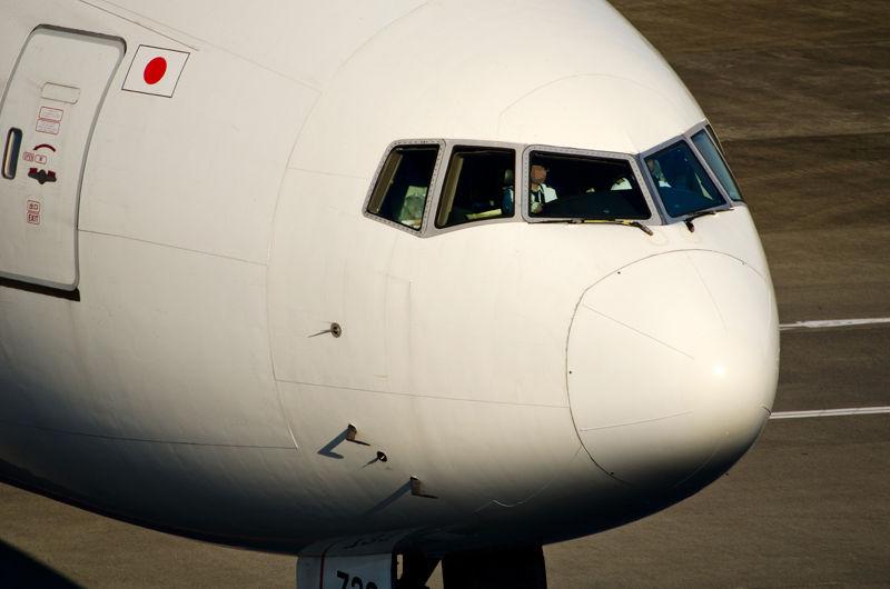 B777の機首周り。よく見ると、胴体に縦横のラインがうっすら見えます。