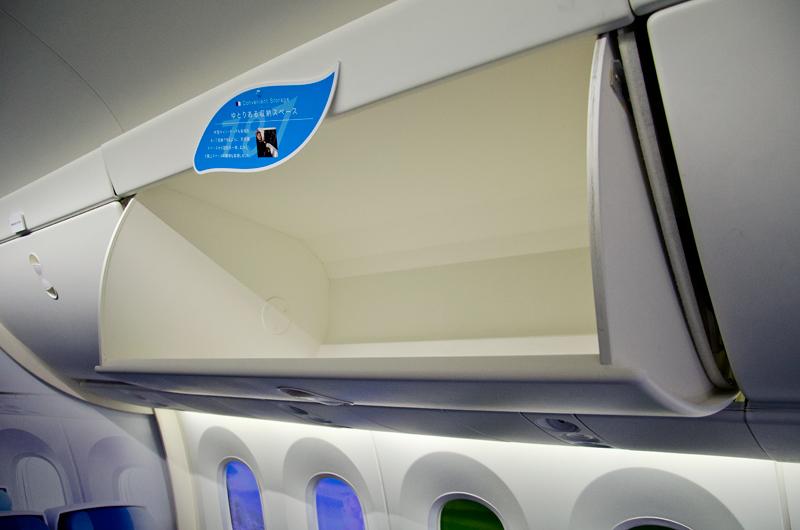 天井裏の空間を広げ座席数分のキャスターバッグを収納するだけのスペースを確保