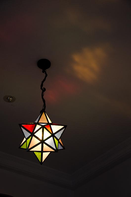 2階階段室の星をかたどったステンドグラス照明