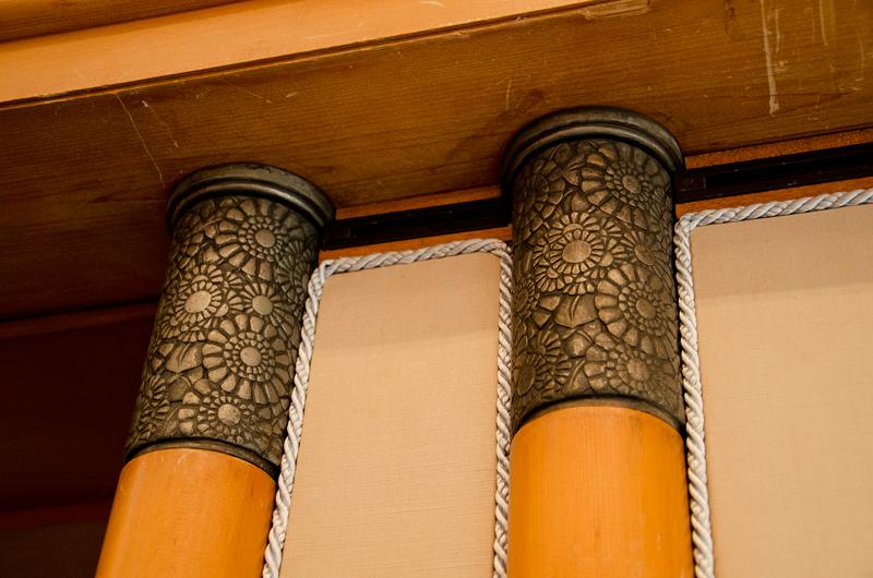 寸足らずの付柱に急遽取り付けられた柱頭飾り