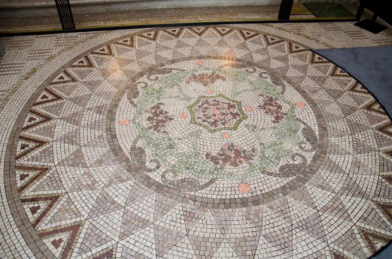 玄関ホールの大理石モザイク床