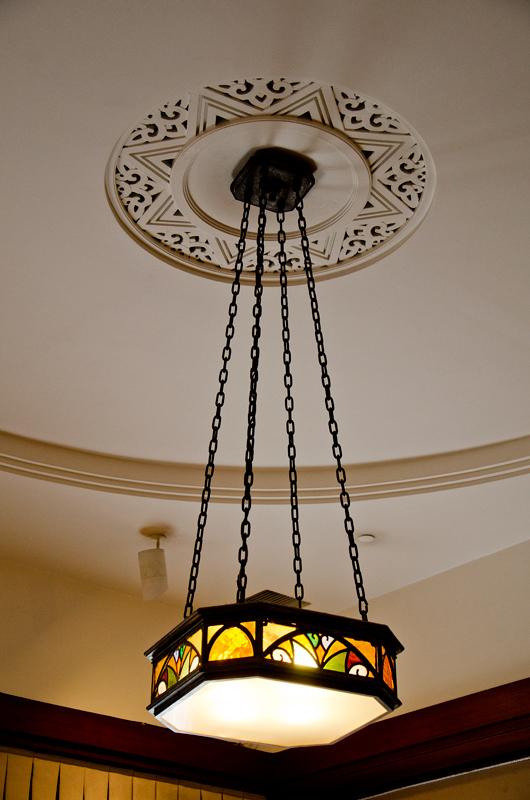 若宮居間、ステンドグラスの照明