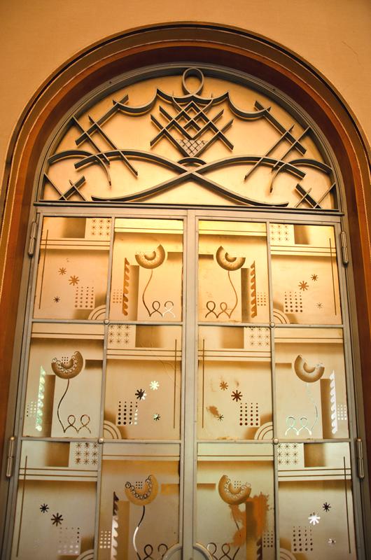シューブの鉄装飾とアングランのエッチングガラス