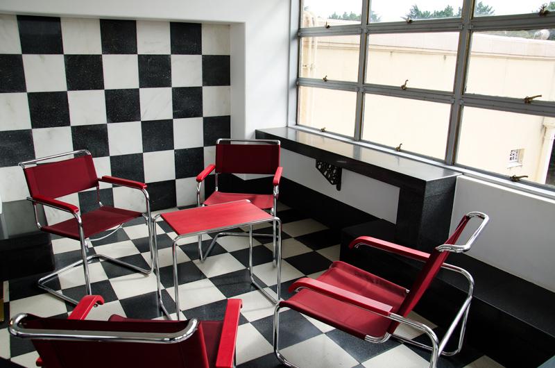 ブロイヤーの家具が置かれるモダンなウィンターガーデン