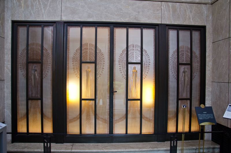 玄関ホール・ラリック作のガラス扉