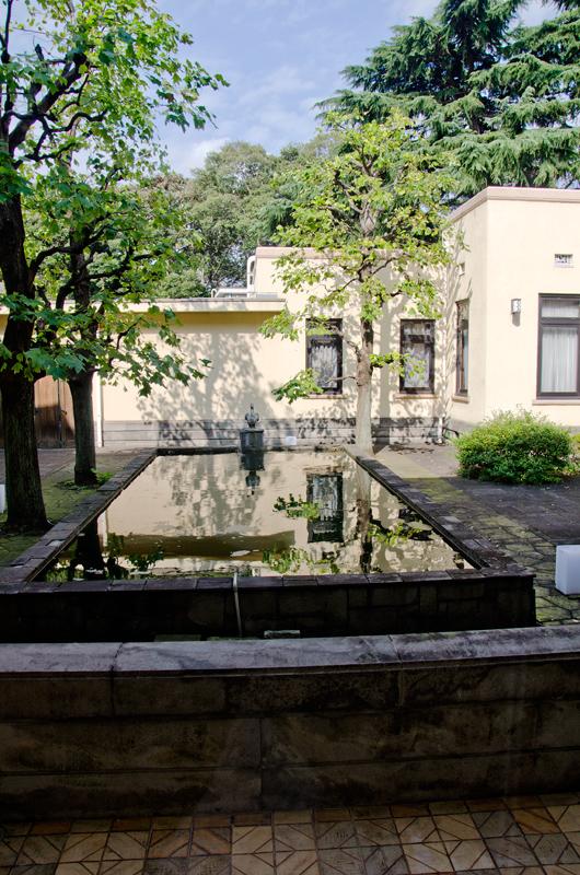 中庭の池にはアヒルの像が