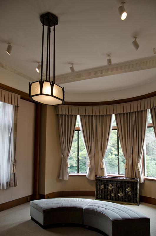 大きな窓が印象的な若宮寝室