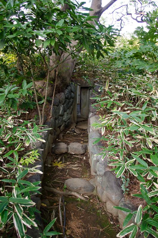 庭に残る防空壕の入り口