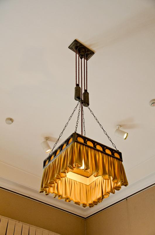 妃殿下寝室の照明は上下に移動する