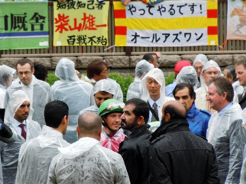 2011年の日本ダービーに出走した際のオールアズワン横断幕。中央の人物はドバイのモハメド殿下とデットーリ騎手