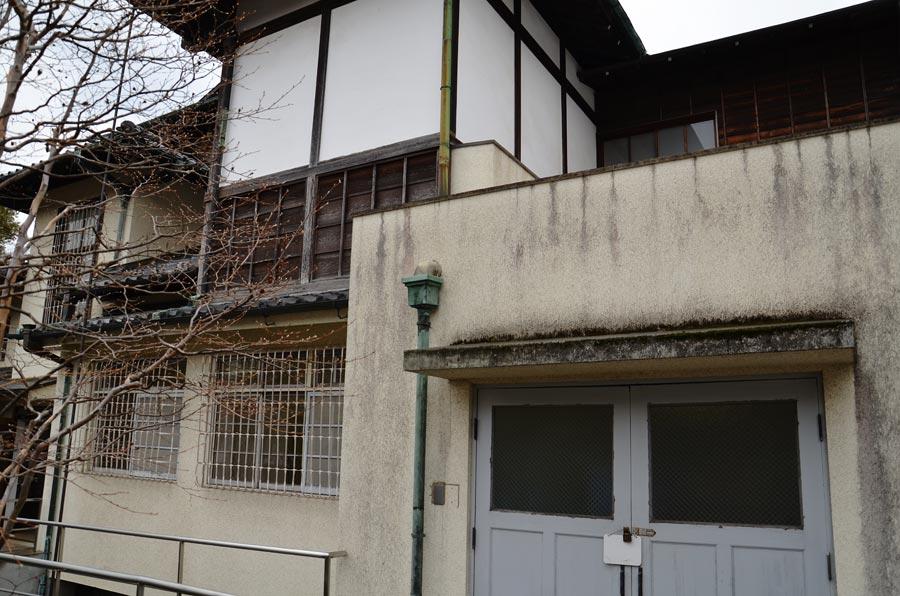 建物北側は印象の異なるコンクリート造