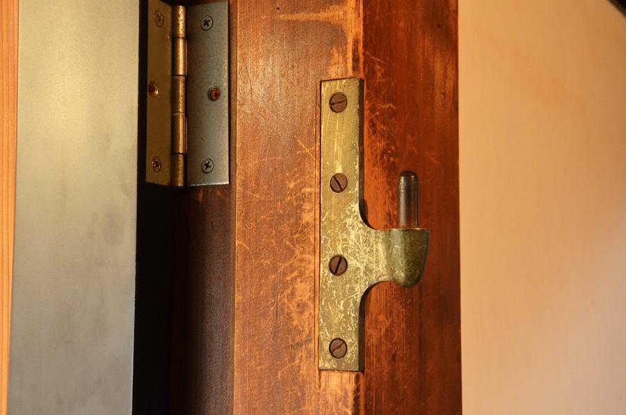 金具が付いたまま再利用された部材