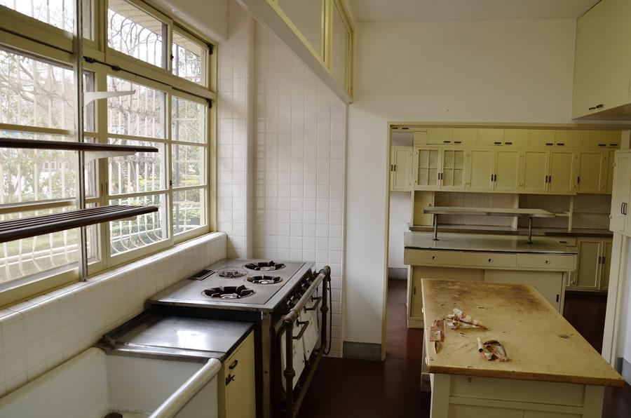 モダンな造りの台所。奥は配膳室