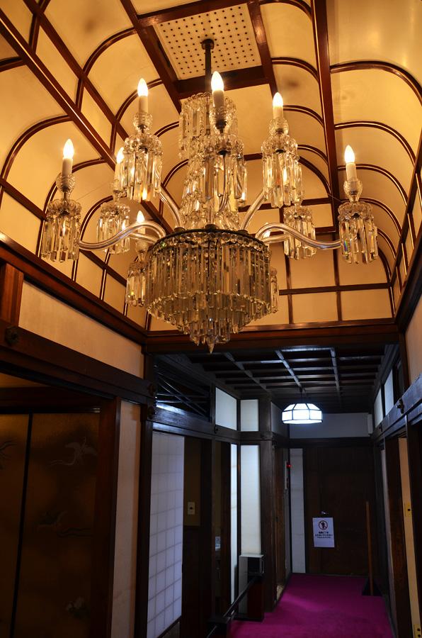 二階で大きな存在感を放つ、元第一国立銀行のシャンデリア