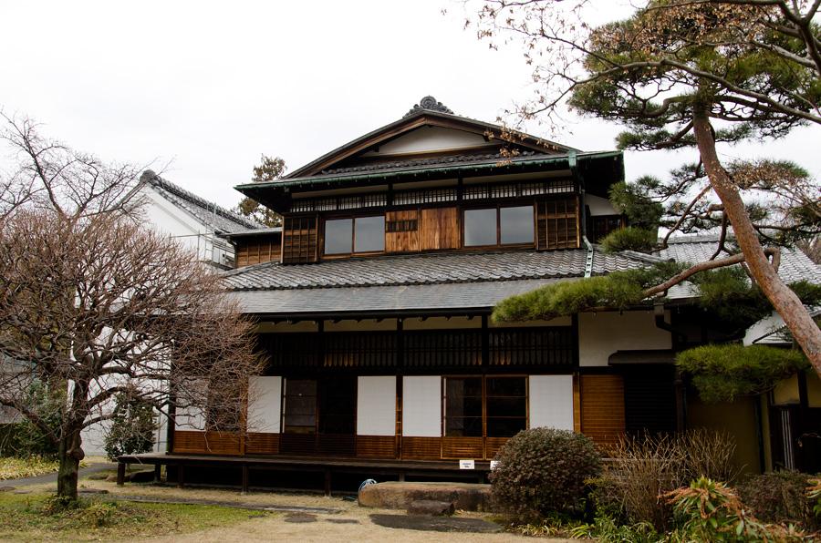 庭から見た外観。左にある土蔵は三井越後屋の絹蔵と伝えられる